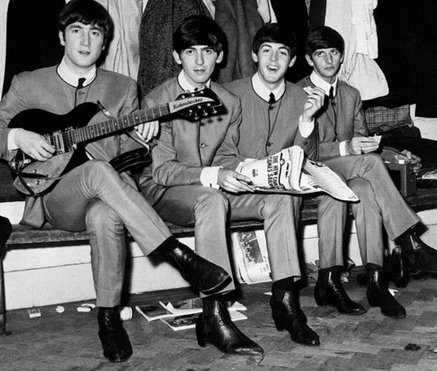 foto the beatles usando bota chelsea nos anos 60