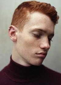 homem com cabelo ruivo