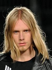 cabelos nos ombros em homens