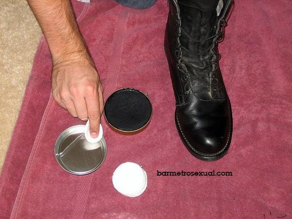 engraxar sapato de couro