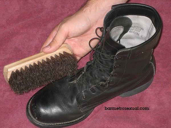 engraxar sapato preto
