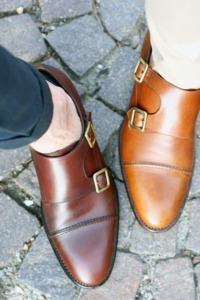 sapato de couro com fivela