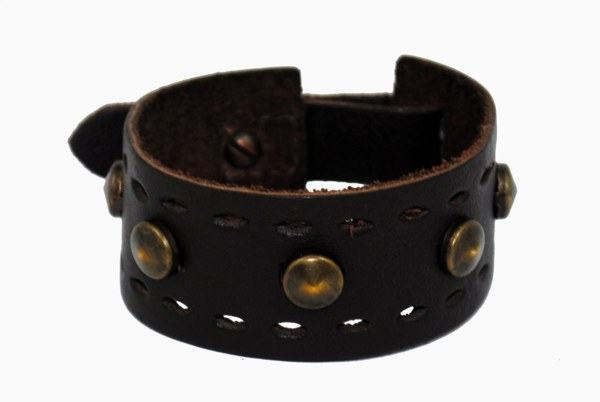 pulseira marron com tachas da Rowney - R$ 40