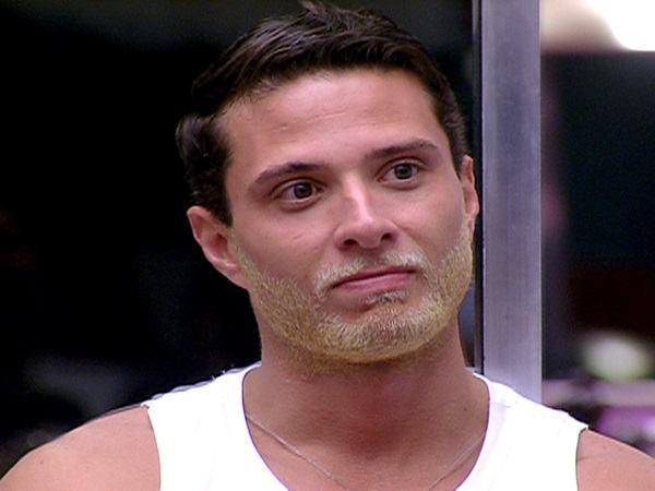 homem com barba loira cabelo preto